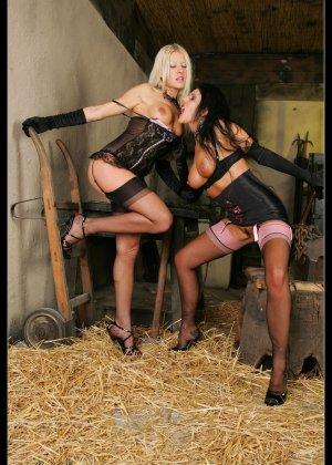 В старом заброшенном сарае две горячих лесбиянки лижут друг другу пизду - фото 14