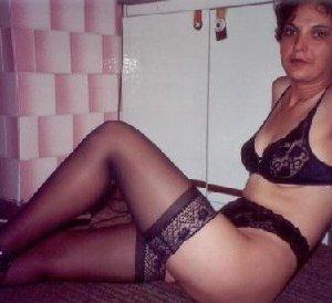 Зрелая мадам в колготках позирует перед камерой на кухне - фото 19