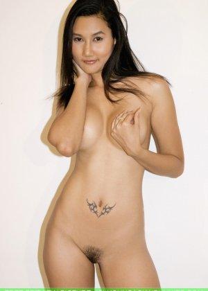 Азиатская девушка медленно снимает с себя все нижнее белье - фото 6