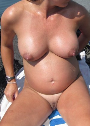 Беременные телочки раздеваются и демонстрируют свои обнаженные тела перед камерами, гордясь своим положением - фото 9