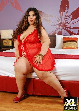 Жирная толстуха показывает свое тело в складках, нарядившись в красное одеяние, и принимая разные позы - фото 1