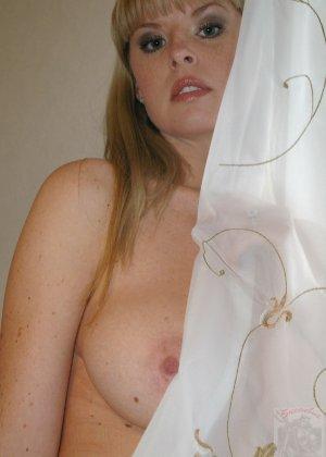 Губастая блондинка с большими сиськами оголяется у себя дома - фото 33