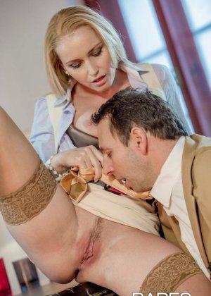 Пышногрудая блондинка так изголодалась по большому члену, что решила трахнуться с менеджером на его рабочем месте - фото 6