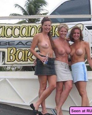 Пьяные голые девушки в барах позволяют мужикам и подругам делать что угодно с их телами - фото 13