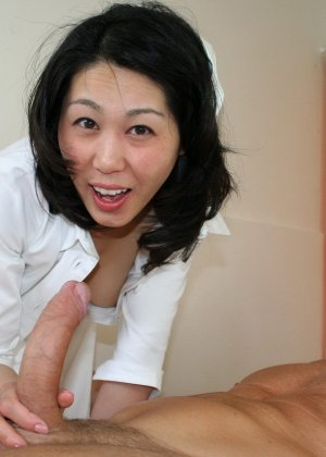 Китайская медсестра увлеклась рабочим процессом и случайно трахнулась с главврачом и пациентом - фото 2