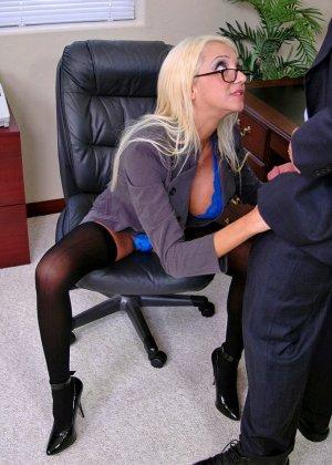 Грудастая психоаналитик Донна Долл отсасывает у своего клиента, а потом трахается с ним на кресле - фото 6