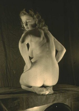 Очень старые фотографии показывают обнаженное тело женщины, которая не знала о существовании бритвы - фото 15