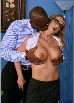Секретарша с пухлыми сосками трахается со своим темнокожим начальником ради продвижения по карьерной лестнице - фото 9