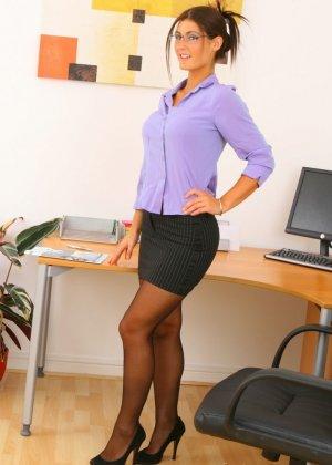 Секретарша потратила свой обеденный перерыв на то, чтобы сделать интимную фото сессию для своей лучшей подруги - фото 1
