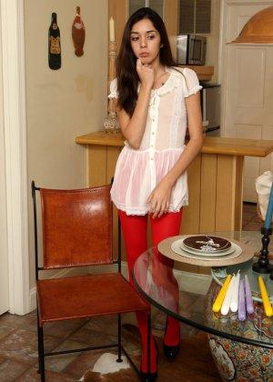 Раскрепощенная девушка раздвигает ножки и вставляет внутрь в себя целую горсть длинных свечей - фото 2