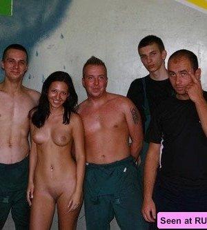Множество голых телок повсюду сидят голыми пездами на различных поверхностях - фото 14