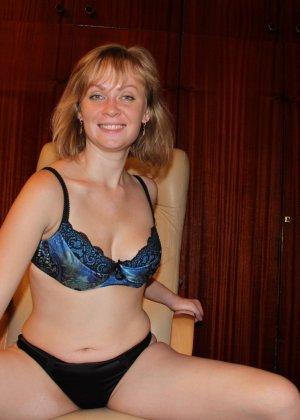 Опытная девушка ласкает свою вагину и делает качественные фото - фото 8- фото 8- фото 8