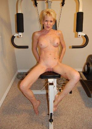 Опытная блондинка в голом виде показывает свои принадлежности - фото 39