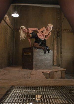 Сногсшибательным блондинкам Райли, Кэйт и Мари подавай растянутые попки для шикарного отлиза - фото 1