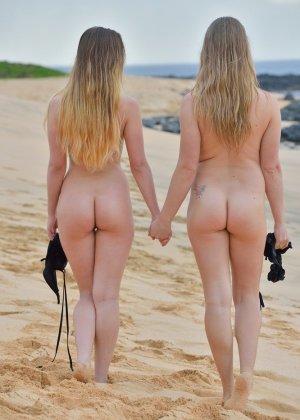 Николь и Вероника с удовольствием демонстрируют свои сиськи и щели на нудистском пляже - фото 11