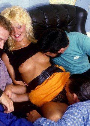Ретро-снимки понравятся многим, ведь на них можно лицезреть сумасшедшее действо – групповой секс - фото 4