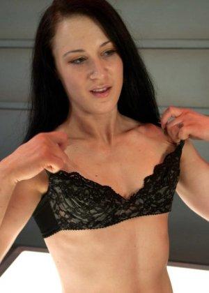 Красивая женщина ласкает свою промежность вибратором, пока муж разъезжает по командировкам - фото 2