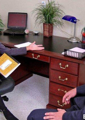 Грудастая психоаналитик Донна Долл отсасывает у своего клиента, а потом трахается с ним на кресле - фото 2