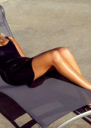 Знойная красотка Моника Симс разделась около бассейна, показав миру свои очаровательные сиськи - фото 1