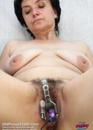 Зрелая женщина на приеме у гинеколога разрешает делать с собой самые развратные вещи - фото 15