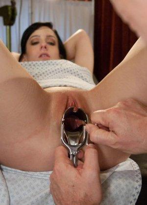 Рисковая дамочка разрешает испытывать свое тело на прочность с помощью некоторых предметов - фото 19