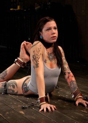 Татуированная молоденькая девица впервые пробует БДСМ - фото 1