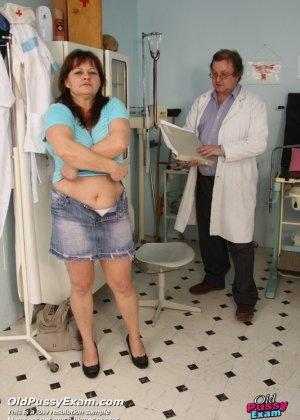 Пожилой врач принимает зрелую пациентку и вставляет в ее пизду расширитель, а в попке орудует ватной палочкой - фото 1