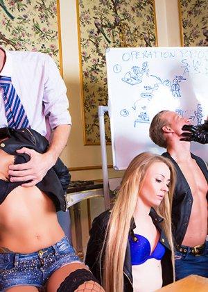 Телки с огромными дойками всегда пользуются спросом у мужиков, эти дамы снимут лифчики, чтобы трахнуться - фото 4