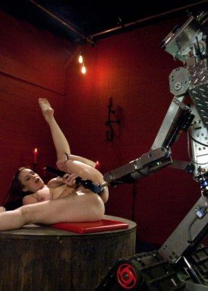Сексуальная брюнетка с большими сиськами тащится от секс машины - фото 9