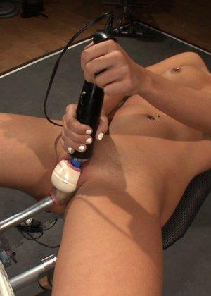 Красотка раздвигает ножки, чтобы вибратор приласкал ее киску и довел до дикого оргазма - фото 4