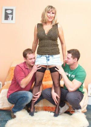 Два молодых парня стараются угодить зрелой женщине, ублажая ее с помощью нежных ласк - фото 3