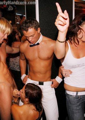 На жаркой вечеринке развратные люди устраивают мощную групповуху – всех возбуждают беспорядочные связи - фото 2