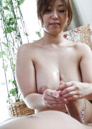 Сексуальная девушка с Японии облизывает яйца и глоотает сперму - фото 26