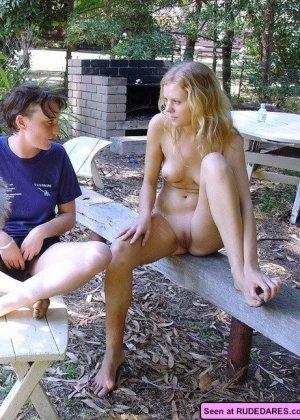 Голые девки демонстрируют свои красивые тела и втроем отсасывают большой член - фото 1