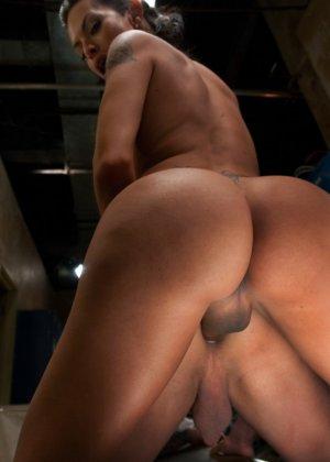 Латиноамериканский трансвестит жестко обращается с молоденьким парнем - фото 8