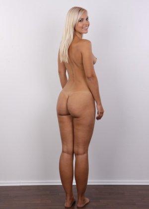 Блондинка с упругими сиськами сняла с себя всю одежду на порно кастинге - фото 13