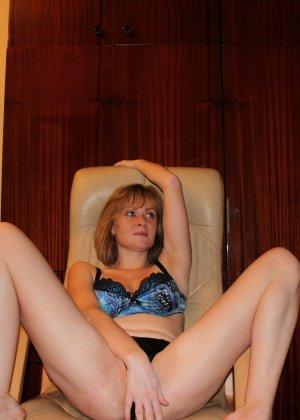 Опытная девушка ласкает свою вагину и делает качественные фото - фото 11- фото 11- фото 11