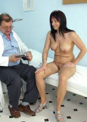 Зрелая дамочка приходит к опытному гинекологу, чтобы подставить дырочку для качественного осмотра - фото 5