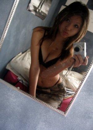 Азиатка с круглой грудью принимает короткий член в свою пизду - фото 11