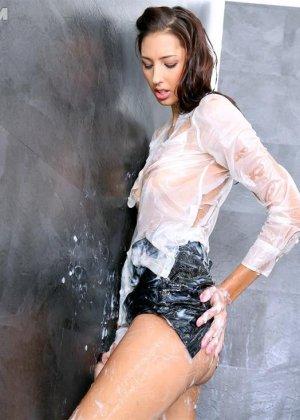 Красивую девушку со стройным телом заливает тепленькая сперма - фото 13