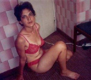 Зрелая мадам в колготках позирует перед камерой на кухне - фото 25