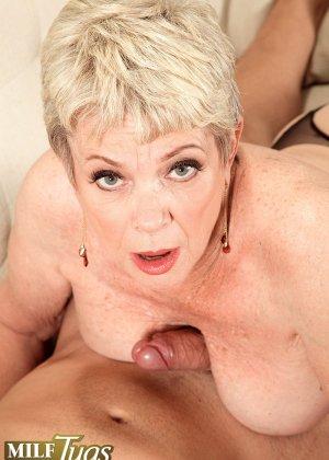 Зрелая проститутка вспоминает свою молодость и скачет на упругом члене брутального парня - фото 13