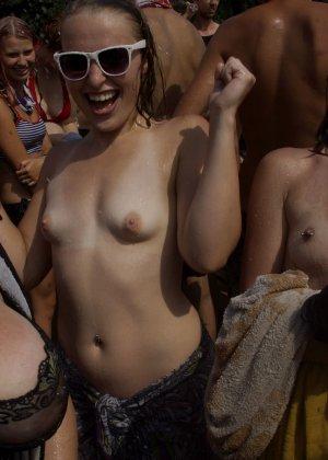 Подборка фото нудистов на пляже с голыми телами, попами и сиськами - фото 14