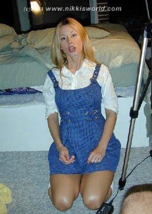 Блондинка балуется с горячей спермой которая осталась у нее на лице - фото 7