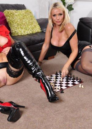 Две эффектные блондинки играют в шахматы на раздевание, а затем приступают к взаимным ласкам - фото 5