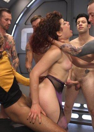 На звездолете Интерпрайс праздник – в гости зашла сексуальная инопланетянка, изголодавшаяся по мужикам и перееблась со всей командой - фото 4