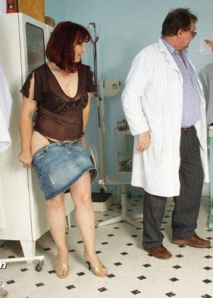 Зрелая женщина приходит на осмотр к гинекологу, а там оказывается мужчина, который вставляет расширитель - фото 1