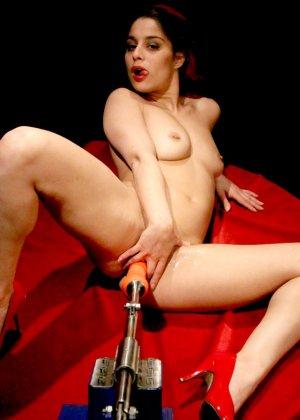 Секс-машина удовлетворяет похотливую самочку, которая с давних времен мечтает получить яркий оргазм - фото 8