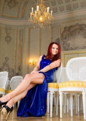 Лара Ларсен показывает себя, позируя в длинном синем платье и не снимает его, специально дразня - фото 5