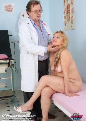 Женщина с волосатой пиздой приходит на прием к развратному гинекологу и раздвигает перед ним ноги - фото 4